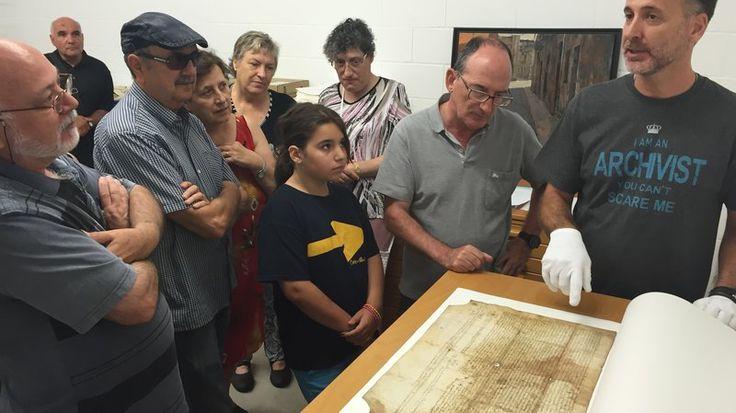 L'arxiver Frederic Mayol mostrant als visitants una còpia de 1492 dels Privilegis de Salt, concedits el 1449 Foto: J.N.