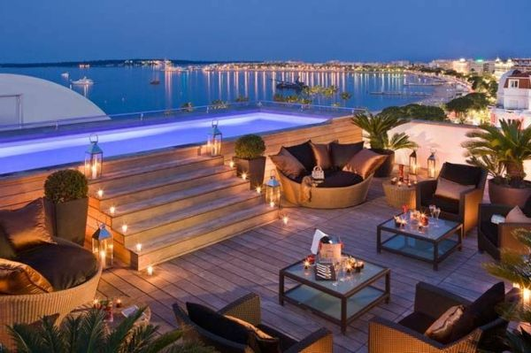 petite piscine hors sol, une belle terrasse aménagée