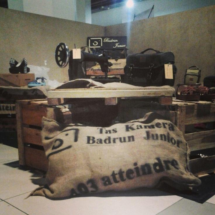 Alamat showroom. Komplek pesona Bali Residence, B2 no3, jl. Bojongsoang,Bandung (Tas Kamera Badrun Junior) :) #asliBandung ada pabrik TAS KAMERA  Loh di Bandung :)!BB 27C4EC4E~SMS#wts 085769552103 www.taskameramurah.com
