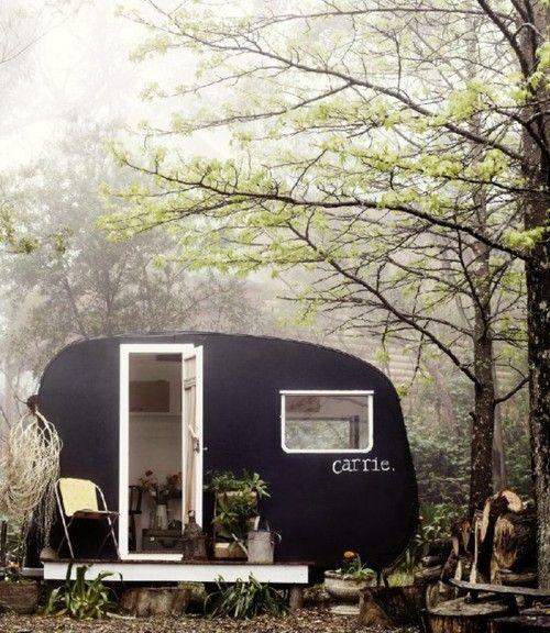 Oude caravan beschilderen en gebruiken als tuinhuisje....Paint an old camper and use it as a garden shed.