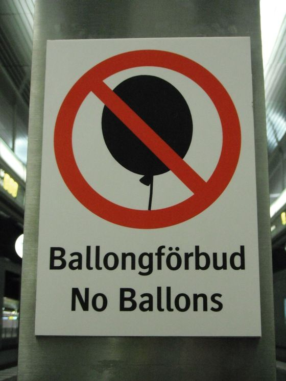 """Per la serie strani cartelli, dalla #Svezia """"Niente palloncini in metropolitana!"""" - pic di EuroCri"""