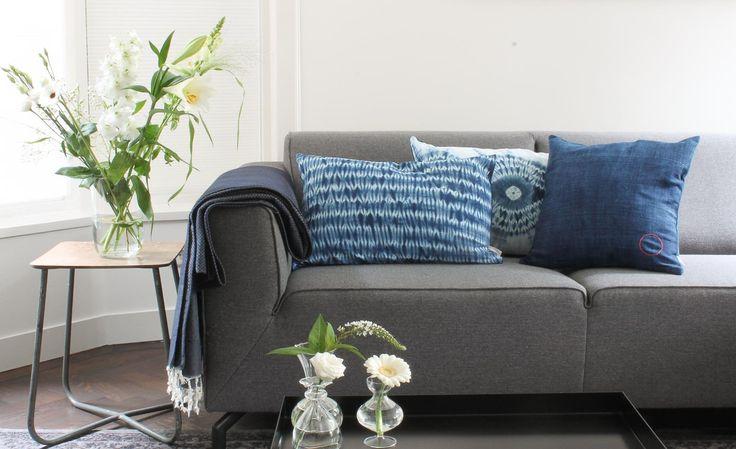 Jeans blauwe kussens met tie dye print. Unieke kussens bij webshop Ookinhetpaars.