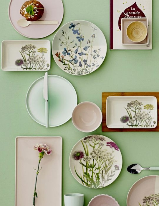 A breath of fresh air! Why not try hanging your own plates to create a light and bright room for spring. You can do this damage-free using commandstrips.co.uk
