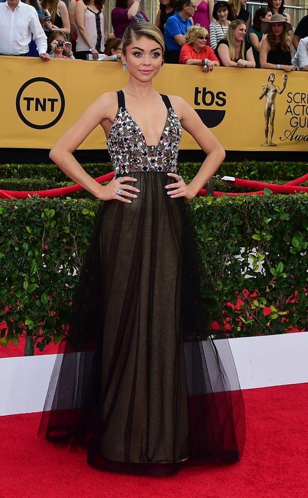 Sarah Hyland, a Haley da série Modern Family, escolheu um vestido Vera Wang com aplicações de pedrarias para o tapete vermelho. Adoramos o mix de anéis da moça!
