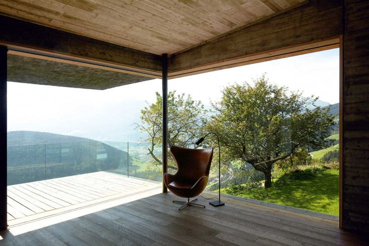 Keine falsche Bauernhausromantik: Der Ausblick aus dem Wohnhaus wird von technischen Details gerahmt    bergmeisterwolf ©Günter Richard Wett, Innsbruck
