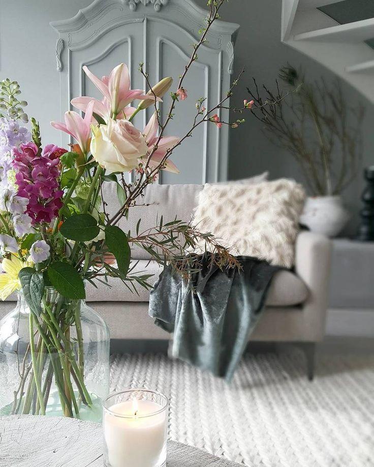 Bloemen maken het interieur, fijne zaterdag iedereen! #wooninspiratie #woonkamer * * * * Credits: @rohouseproud * * * * #inspiratie #interieur  #meubels #meubel #meubelonline #wonen  #woonaccessoires #design #living #interior #myhome2inspire #interior4you #instahome #styling #livingroom #flowers #homedeco #homedecoration #homedecor #furnnl #furniture #beautiful #homeandliving #lifestyle #weekend #saturday #zaterdag #saturdays #saturdayswag