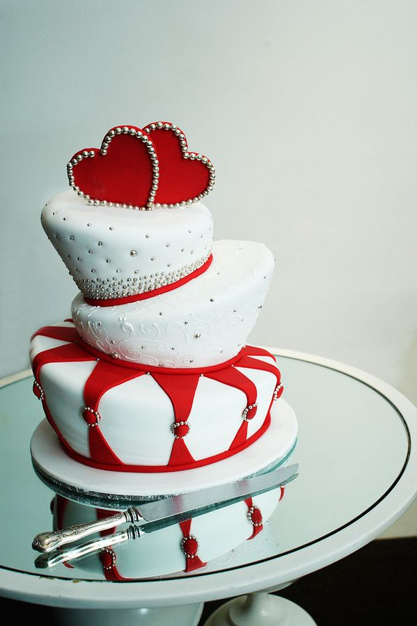 This would be a cute Valentine's wedding cake! Or Alice in Wonderland even :) !