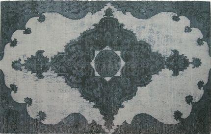 340 Dywanik Barroco - biało-szary z nadrukiem, w barokowym stylu. Ręcznie tkany w stylu vintage.  Dywanik Barroco to ręcznie tkany na krosnach w Portugalii dywanik z powtórnie przetworzonej mieszanki tkanin, głównie bawełnianych.  Dywanik doskonale nadaje się do każdego wnętrza, żeby podkręslić jego styl i wyjątkowy charakter. Barokowy nadruk w kolorach szarości na białym lekko przyciemnianym, przecieranym szarością tle, doskonale nadaję sie do wnętrz urządzonych w stylu Vintage. Dywanik…