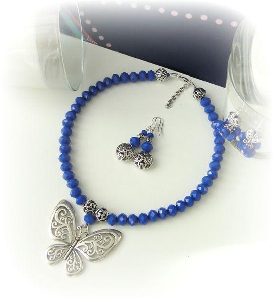 *+ Collar corto de piedras de vidrio cristal en añil y mariposa grande de metal plateado.+*