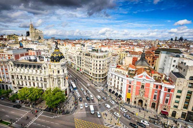 Cu mii de atracții turistice, mâncare excelentă, peisaje pitorești și cultură la tot pasul, nu ai cum să nu-ți dorești o vacanță în Spania. Îți prezentăm șapte orașe spaniole de care cu siguranță te vei îndrăgosti iremediabil.   Madrid O adevărată metropolă a Europei, Madrid este destinația perfectă pentru orice călător. Cea mai bună variantă pentru a ajunge în capitala Spaniei este cu avionul.
