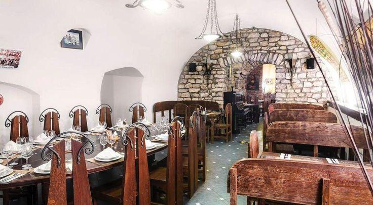 Продажа ресторанного комплекса в Праге 1, цена 320 000 евро http://portal-eu.ru/kommercheskaya/restorany/realty143  Мы предлагаем Вам к продаже ресторанный комплекс, который состоит из ресторана, бара и собственной пивоварни.Весь комплекс расположен в историческом центре Праги 1, Старый Город. Площадь всего объекта 600 м2 и разделена на два этажа. Бар, часть ресторана и летняя терраса находится на первом этаже, в подвале есть вторая часть ресторана, пивоварня и кухня. Ресторан и бар имеют…