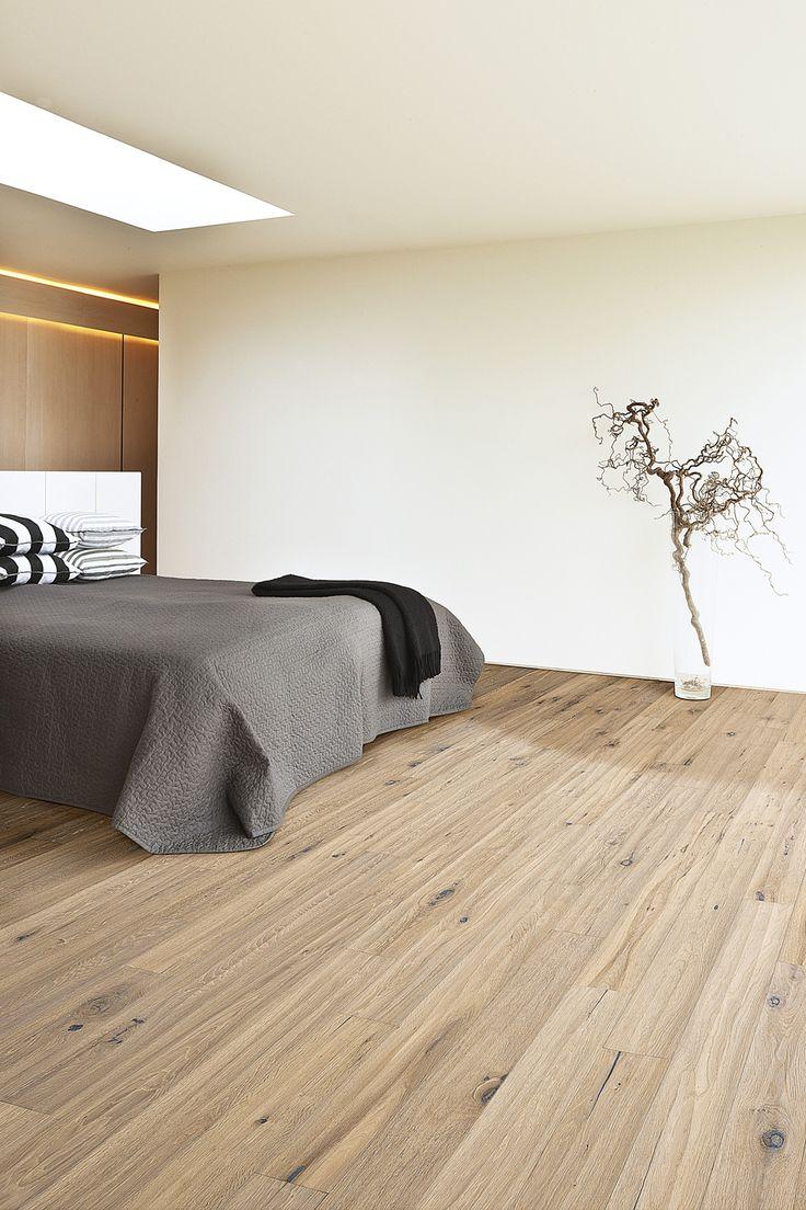 Parchetul tip dusumea Stejar Trench este unul cu note rustice datorate frumusetii nodurilor si crapaturilor unice, asa cum se regasesc la lemnul autentic. Suprafata este baituita in culoarea gri pentru a reface aspectul de lemn cu poveste.