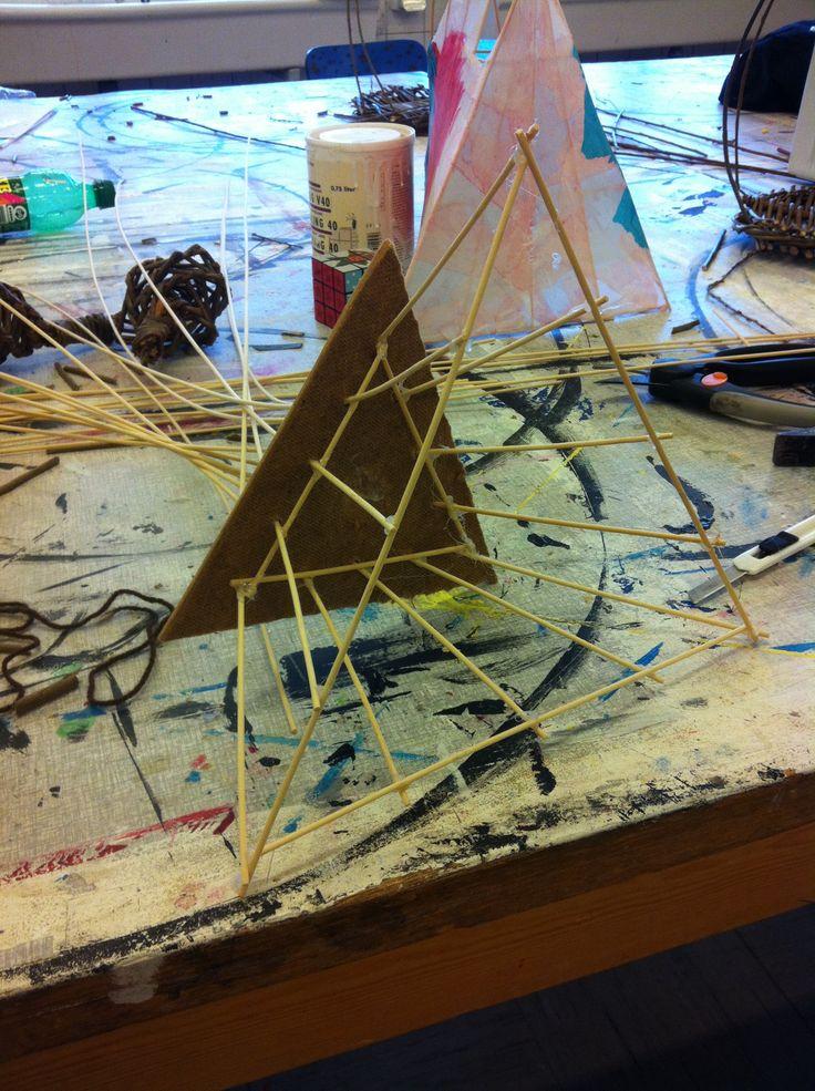 5: Her ses hvordan pladerne bruges, og hvordan jeg limer de tværgående stænger fast på den anden led.