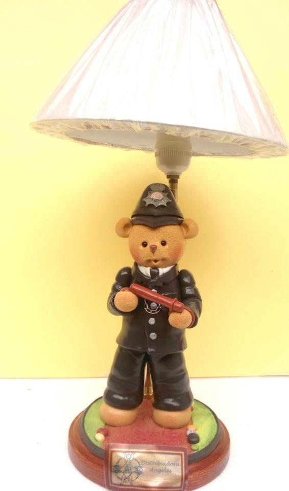 Lampara osito policia modelado en porcelana fria.