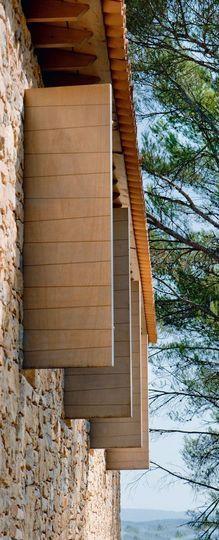 Des volets alignés pour une façade graphique - Une maison neuve taillée en pierres sèches - CôtéMaison.fr