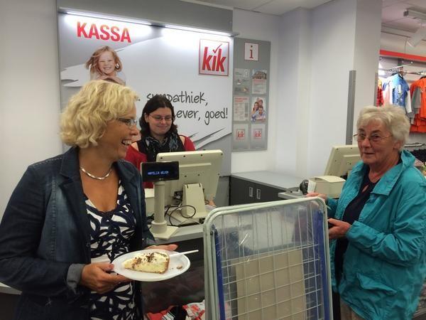 Vanmorgen 9.10 uur 1e klant bij Kik & ik aan de taart! Wens http://www.kik-textilien.nl/  veel ondernemers zin in #Zevenaar! Vrijdag 5 september 2014. Via twitter @anjavannorel
