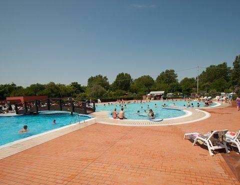 Onze bestemming Spiaggia e Mare ligt direct aan de Adriatische zee. De middelgrote camping Spiaggia e Mare heeft een privéstrand dat heel langzaam in zee afloopt en dus bijzonder geschikt is voor jonge kinderen.