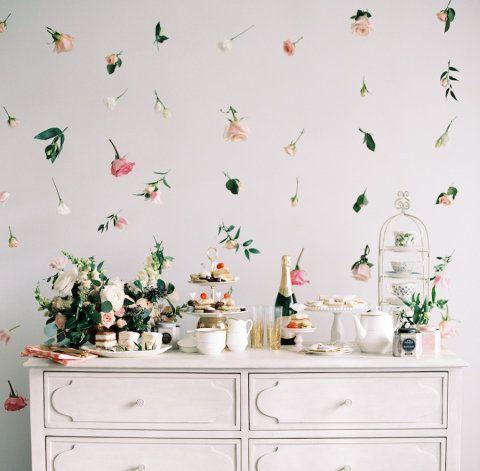 Você só precisa de linha de pesca, tesoura, cavilha de madeira e flores e folhas favoritas para fazer este arranjo bem lindo e romântico