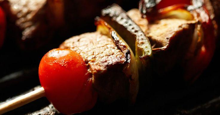 Cómo evitar que se quemen los palillos de kebabs