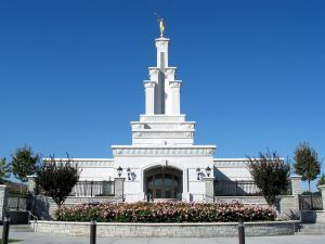 Click to download this wallpaper image of the Columbia River Washington Mormon Temple