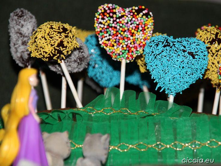 I popcake sono dei piccoli dolcetti inseriti su dei bastoncini, ricoperti con cioccolato, glassa o pasta di zucchero e infine decorati con confettini colorati, scagliette di cioccolato, granella di nocciola, cocco grattugiato e così via.