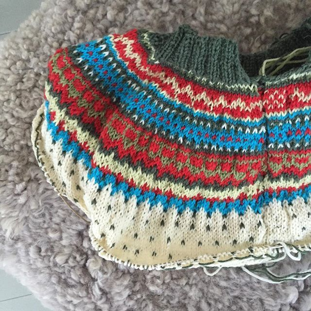 #damejakkaloppa nr 1 vilar medan nr 2 växer... / #damejakkaloppa nr 1 is resting while nr 2 is growing... #loppkal #sticka #knit #knittersofinstagram #pinneguridesign