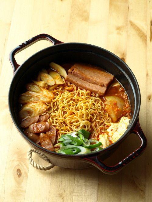 プデチゲとは韓国風鍋のこと。辛いスープの中にソーセージやインスタント乾麺を入れ、野菜とともに煮込みます。寒い日に食べると体はぽっかぽか。本場仕込の激辛風から日本人風に合わせた味まで、色々なプデチゲを自宅で再現してみましょう。