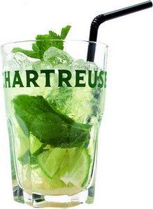 Ecraser et mélanger un quart de citron vert et du sucre de canne dans un grand verre, Ajouter dix feuilles de menthe fraiche, des glaçons et 3cl de Chartreuse Verte. Remplir le verre avec du soda. mélanger et servir avec une paille.