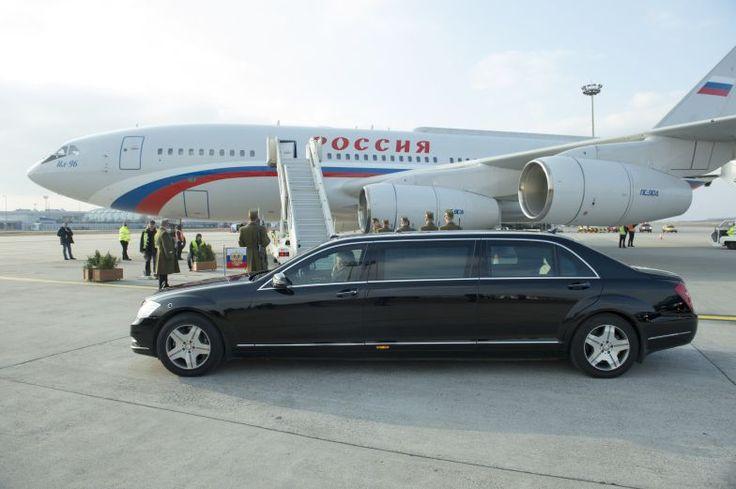 Egy tankkal azért ezt a kocsit is gyorsan el lehetne intézni... http://www.vezess.hu/magazin/putyin-budapest-limuzin-pancelozott/58609/
