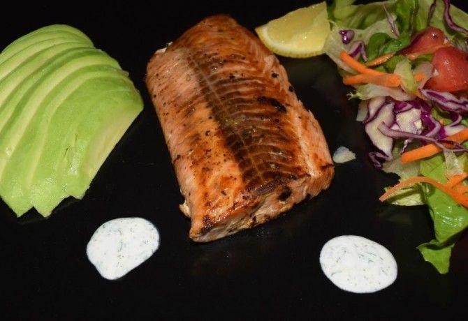 Grillezett lazac steak avokádóval és salátával