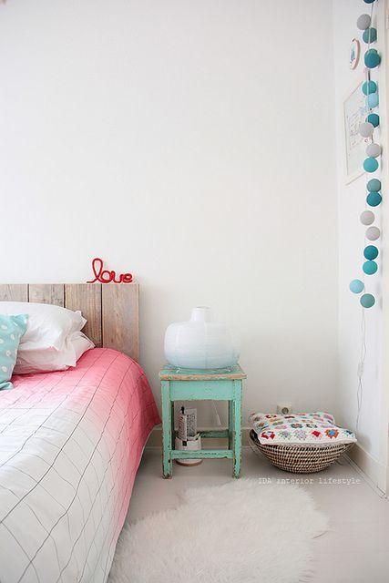 Kolorowa, romantyczna sypialnia