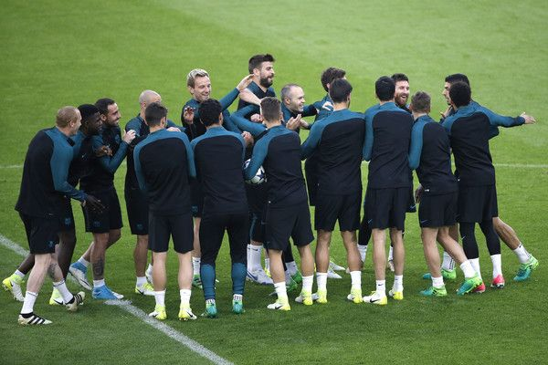 Barcelona's players take part in a training session on the eve of the UEFA Champions League football match Juventus Vs FC Barcelona on April 10, 2017 at the 'Juventus Stadium' in Turin.  / AFP PHOTO / Marco BERTORELLO