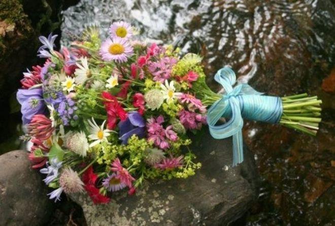 Bouquet da sposa con fiori di campo, tra i profumi e i colori della bella stagione