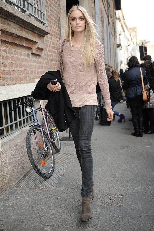 Im lässigen Everyday-Look verlässt das Model Lindsay Ellingson eine Fashion Show…