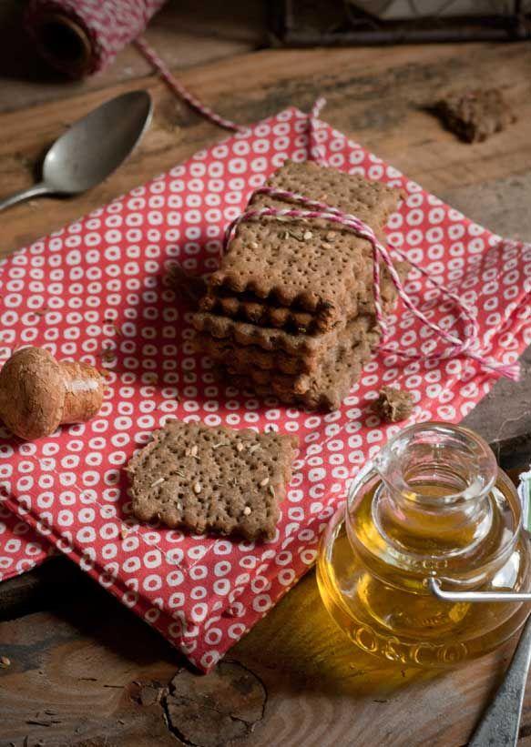 crakers_sans gluten 80 g de farine de blé noir/Sarazin 50 g de farine de pois chiche 1 càs d'herbes de Provence /thym 1càs de graine de sésame 4 cs d'huile d'olive 5 cl d'eau 2 pincées de sel mélanger les produits secs et l huile verser petit à petit l'eau laisser reposer à température 1 h. four à 180°C Déposez vos crakers sur du papier cuisson. recouvrir d'une autre feuille de papier placez une plaque ou moule à gâteau par dessus cuire 15-20 mn