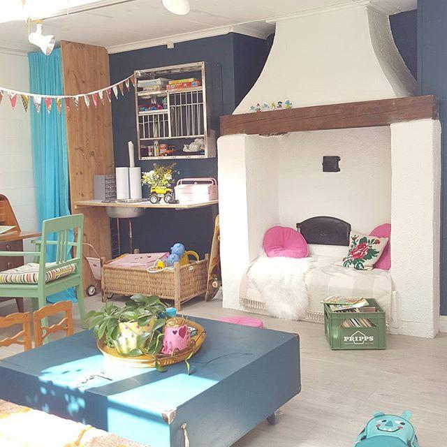 När katten är borta dansar mössen på bordet. Fortsätter fynda i mamma och pappas hus. En maskroskruka 😍 jag är kär! Den tar vi!   #kruka #fynd #livingroom #familyliving #home #lekrum #barnrum #playroom #bohemianhome #bohome #petrol #loppisfynd #myhome #interior #indian #begagnat #färg #colorfulhome #colorful #pink #green #vintage #hemma #viföräldrar #gotland #roma #fireplace #spis #gammalthus #diy