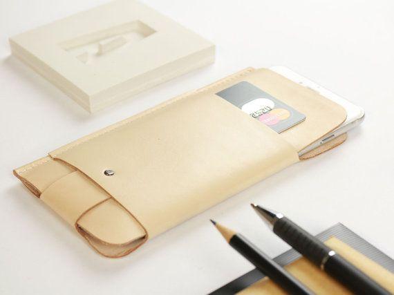 Die minimalistische iPhone Hülle aus Leder für das iPhone 6 Plus / 6S Plus /iPhone 7 Plus wurde im Hamburger Studio Alexej Nagel designed und mit größter Sorgfalt in Handarbeit gefertigt. Die iPhone Hülle ist extra so designed worden, dass sie ihre schmale Form behält und dabei sehr leicht und schmal ist. Trotz dieser Merkmale ist dein iPhone vor Stößen und Kratzern ausreichend geschützt.  Die Hülle wurde aus einem einzelnen Lederstück zugeschnitten, gefaltet und zum Schluss zusammen genäht…