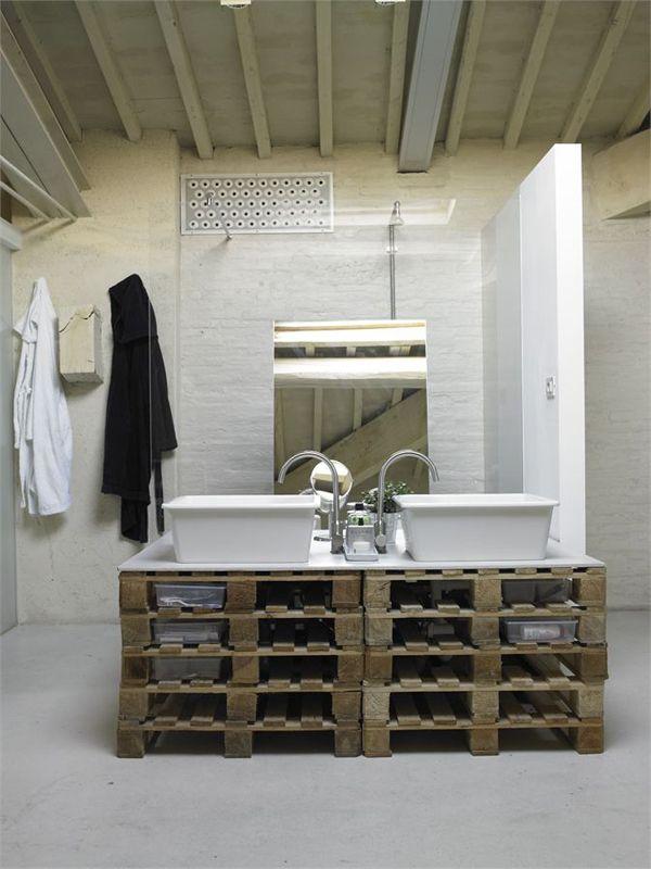 Salle de bain ou les palettes servent de mobilier