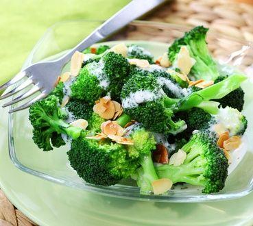 Θες να φας ένα ελαφρύ βραδινό; Δοκίμασε την σαλάτα μπρόκολο με αμύγδαλα και γιαούρτι - http://ipop.gr/sintages/salates/thes-na-fas-ena-elafri-vradino-dokimase-tin-thes-na-fas-ena-elafri-vradino-dokimase-tin-salata-mprokolo-me-amigdala-ke-giaourti/
