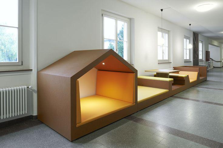 Schüler-Lern-/Spielwiese nach Kundenwunsch: Ausgeklügelter Spielbereich mit perfekter Polsterung bietet verschiedene Sitzgelegenheiten für Kinder zum Spielen, Lernen und Erholen.