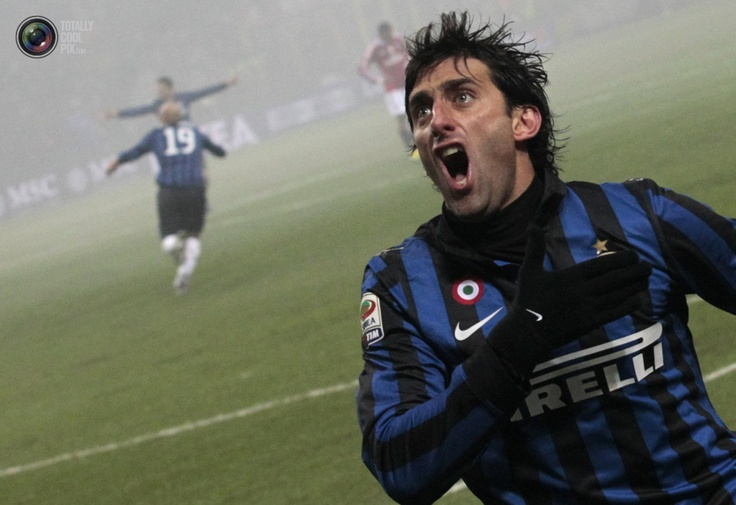 Inter Milan's Diego Milito (R) celebrates after scoring against AC Milan during their Serie A soccer match at the San Siro stadium in Milan January 15, 2012. REUTERS/Alessandro Bianchi