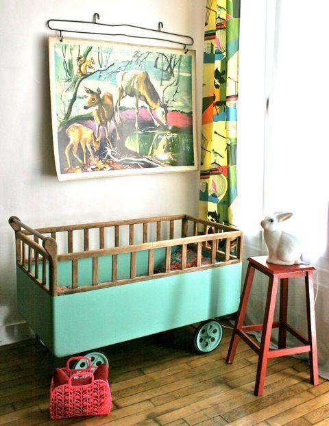 Chambre d'enfant bébé avec berceau ancien sur roulette , poster d'école et veilleuse lapin ... Vintage, rétro /Lovely Child's Room
