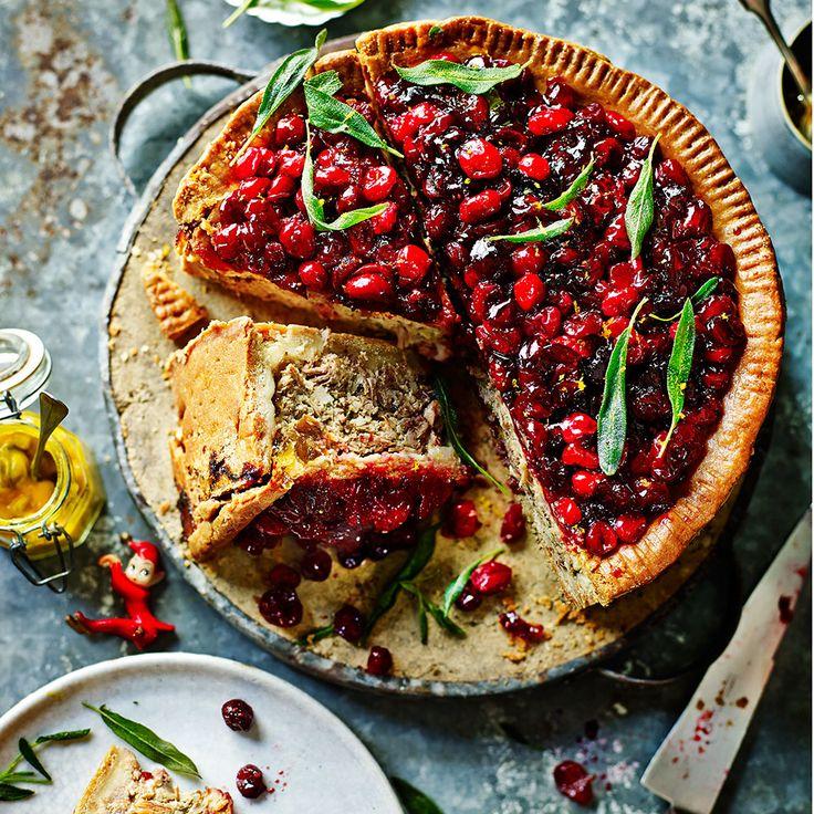 'Kerstmis is het perfecte excuus omtijd te besteden aan het maken vaniets spectaculairs. deze versie vaneen feestelijke klassieker heeftkruimelig deeg en een kruidigecranberrytopping. Ga voor het vleesnaar je slager...
