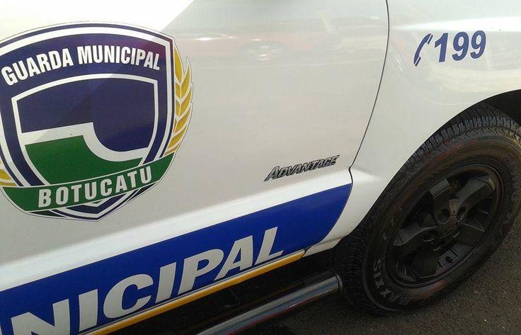 GCM registra caso de lesão corporal e violência doméstica -   Os guardas municipais Da Silva e Castilho prenderam na noite deste domingo, 24, um homem de 30 anos, pelos crimes de lesão corporal e violência doméstica. O fato foi registrado no Distrito de Vitoriana.  O indiciado ameaçou seus familiares, sendo que o mesmo agrediu uma mulher. A ocorr - http://acontecebotucatu.com.br/policia/gcm-registra-caso-de-lesao-corporal-e-violencia-domestica/