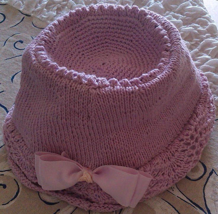 Cappello per bambina in cotone. Lavorazione a maglia. Knit.