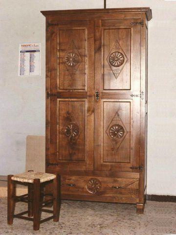armadio 2 ante  con sgabelloin stile sardo con maniglie e cerniere in ferro battuto.