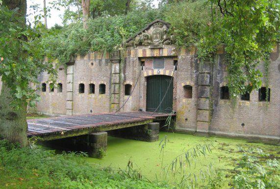 Fort Rijnauwen in Bunnik is het grootste fort uit de Nieuwe Hollandse Waterlinie. Een machtig vestingwerk dat door zijn bouwstijl en zijn gaafheid uniek is in ons land. Behalve cultuurhistorisch monument is het fort, door de jarenlange afsluiting, ook een waardevol natuurgebied geworden. Om de natuur zoveel mogelijk rust te gunnen, is het fort Rijnauwen alleen toegankelijk onder leiding van een gids