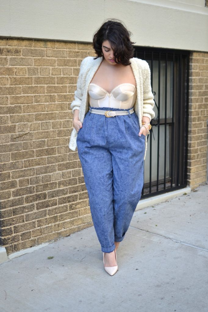 A - calça de modelagem franzida e parte de cima clara e brilhante: sensação de aumento da silhueta