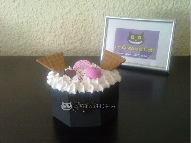 Caja Sundae Cupcake, pintada, decorada y realizada a mano con los siguientes materiales: -Silicona blanca a modo de nata (no comestible) -Fimo (temática: galletas y dulces)  ***Pieza única reproducible***  Visítanos en www.lacestadelgato.com
