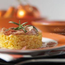 Risotto con crema di zucca taleggio e petali di speck. Condivisa da: http://blog.giallozafferano.it/myrossofragola